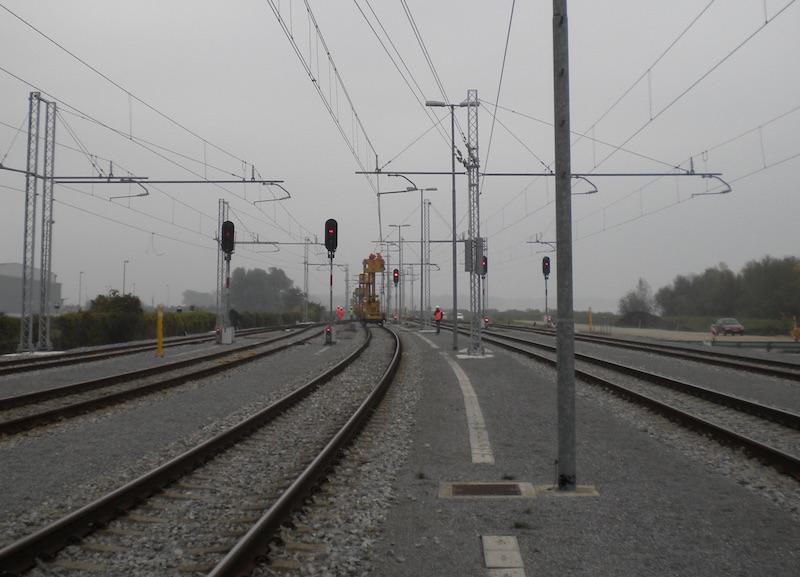 Installazione dei conduttori e degli interruttori della catenaria sulla linea Pragersko-Hodos